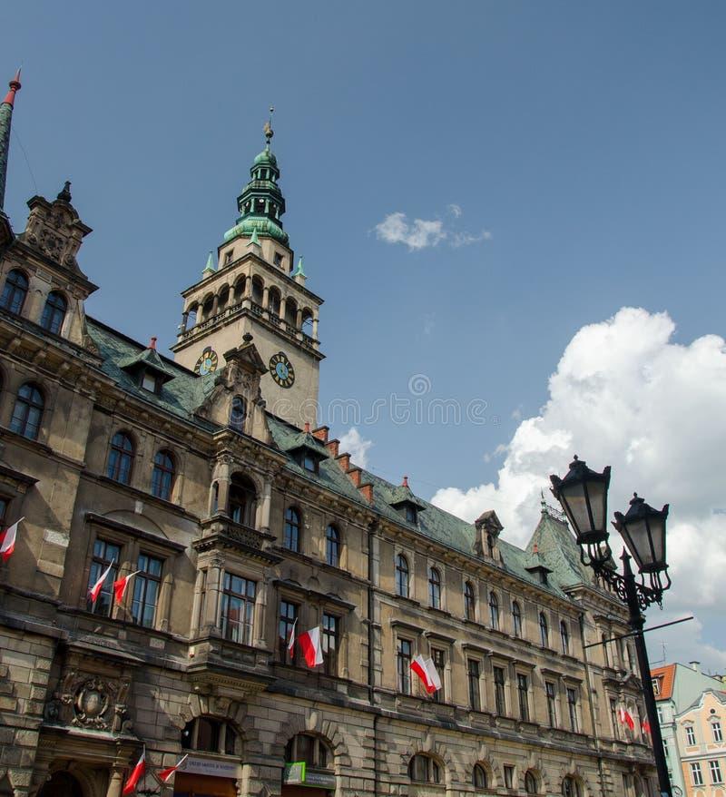 Costruzione di dipartimento di città con le bandiere rosse e bianche nazionali nel chilolitro fotografia stock libera da diritti