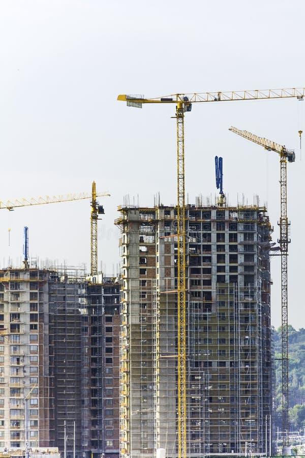 Costruzione di edifici dei grattacieli con le gru fotografia stock