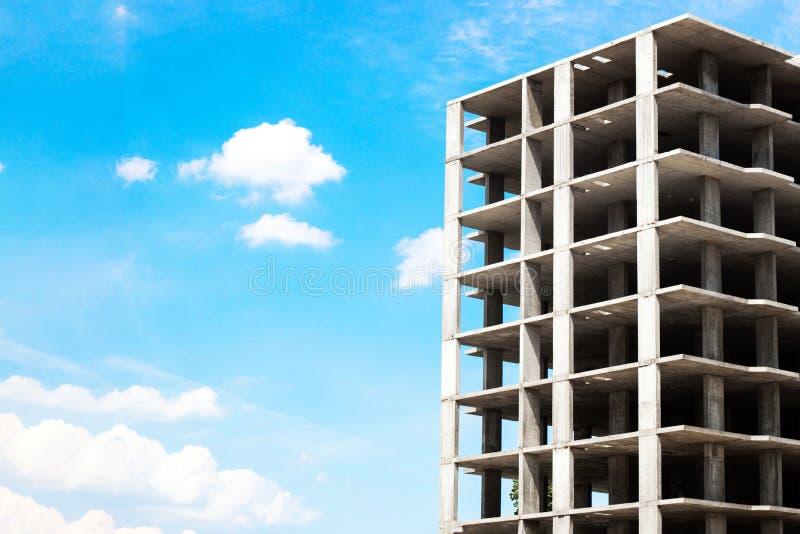 Costruzione di edifici sul fondo del cielo blu fotografia stock libera da diritti