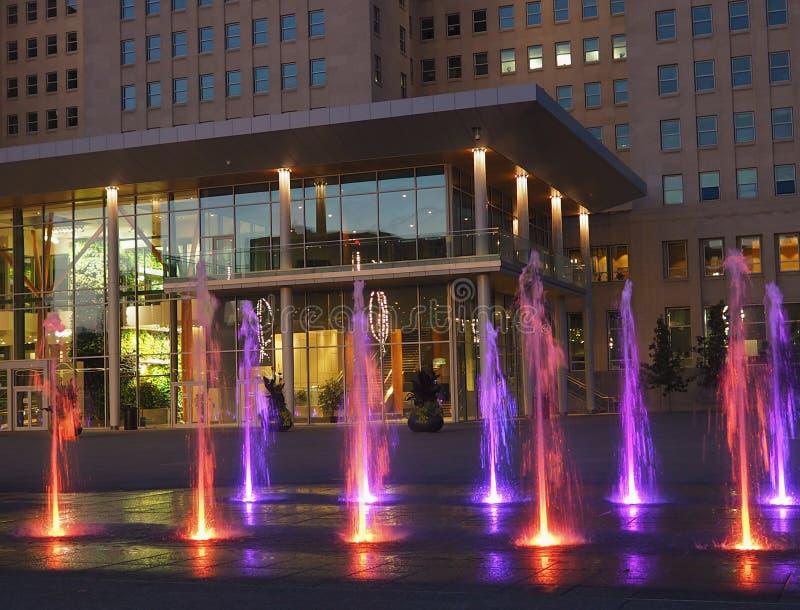 Costruzione di governo con le fontane ai motivi legislativi Edmonton Alberta fotografia stock