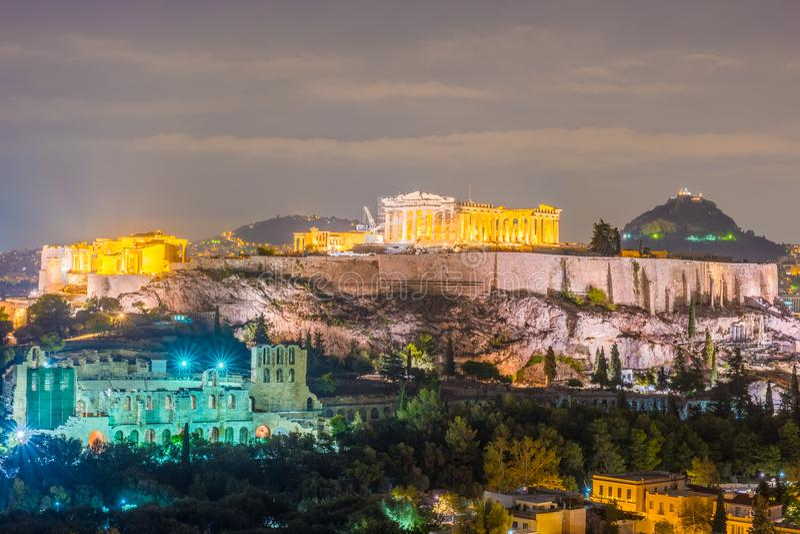 Costruzione di Herodium e del Partenone in collina dell'acropoli a Atene fotografie stock libere da diritti