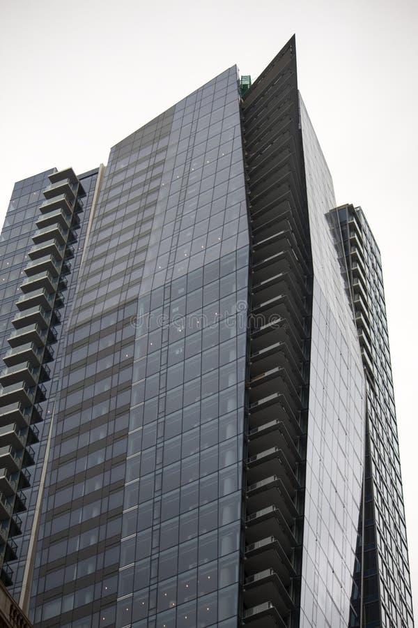 Costruzione di highrise in maniera sconvolgente angolare a Vancouver del centro immagini stock