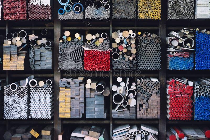 Costruzione di industria dei tubi d'acciaio impilata nel magazzino della fabbrica fotografia stock libera da diritti