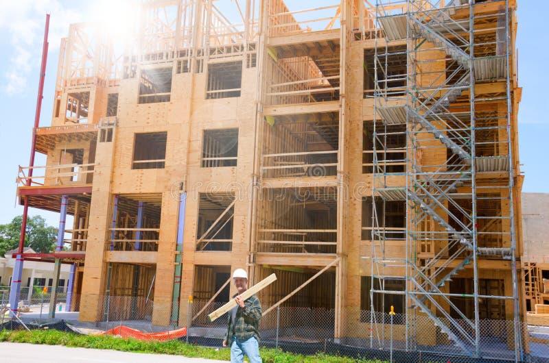 Costruzione di legno in costruzione con il lavoratore fotografia stock