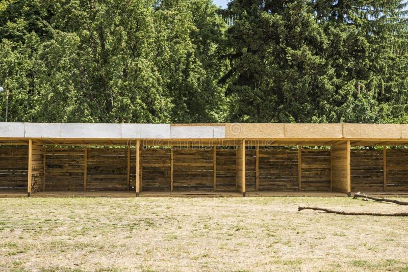 Costruzione di legno per la recinzione animale fotografia stock