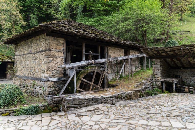 """Costruzione di mulino a acqua nel complesso etnografico architettonico """"Etar """", quello primo di questo tipo dentro Bulgaria fotografia stock libera da diritti"""