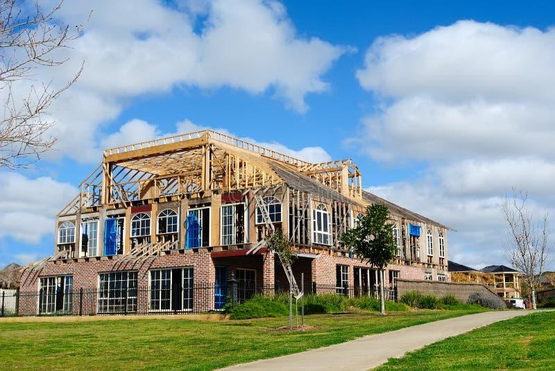 Costruzione di nuova casa con il disegno moderno fotografia stock