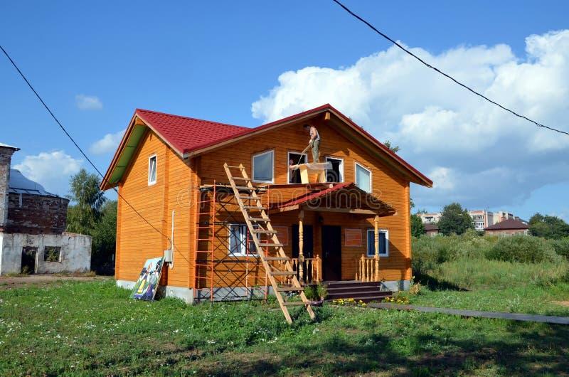 Costruzione di nuova casa di legno fotografia editoriale for Costruzione di case a prezzi accessibili