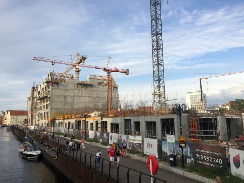 Costruzione di nuovi edifici dell'appartamento lungo il fiume di Motlawa a Danzica immagine stock