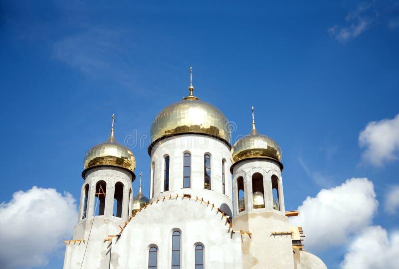 Costruzione di nuovo tempio con le cupole dell'oro contro cielo blu fotografia stock libera da diritti