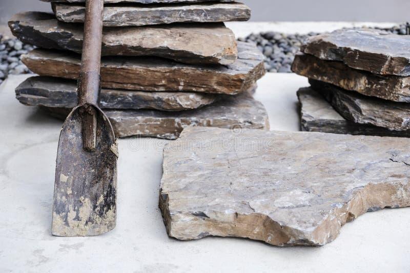 Costruzione di palangari e di pietre per la decorazione di giardini fotografia stock