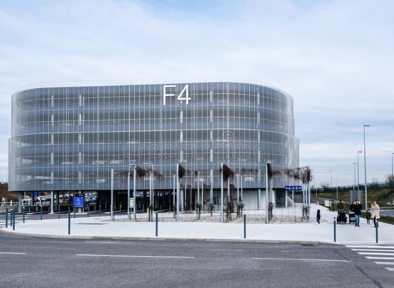 Costruzione di parcheggio moderna a EuroAirport a Basilea Mulhouse immagini stock libere da diritti