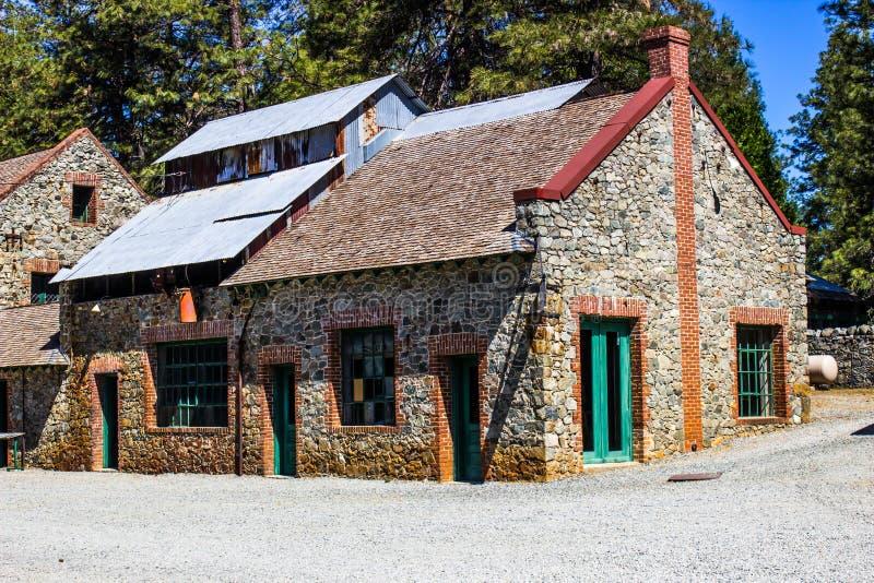 Costruzione di pietra d'annata con Tin Roof immagine stock