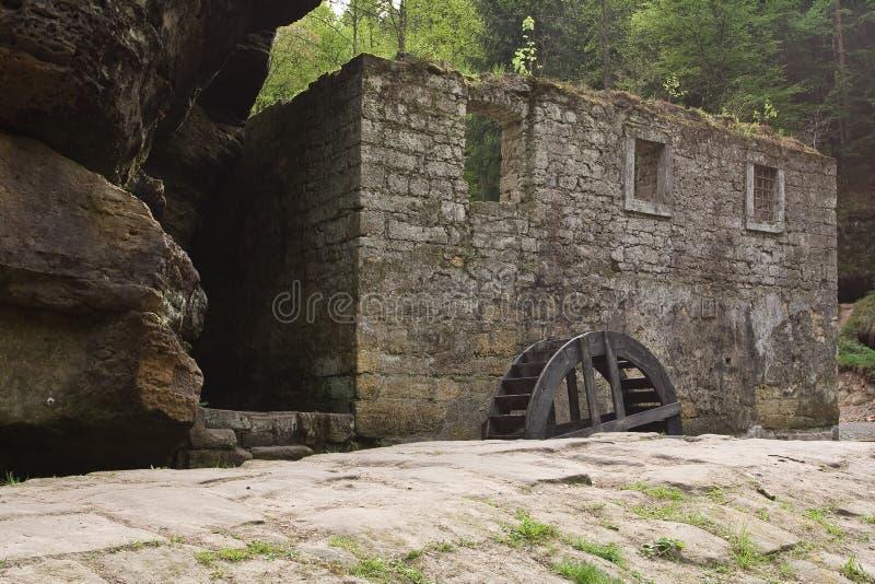 Costruzione di pietra di deterioramento nella foresta fotografie stock libere da diritti