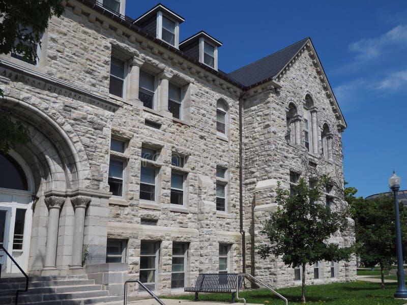 Costruzione di pietra sulla città universitaria dell'istituto universitario fotografia stock libera da diritti