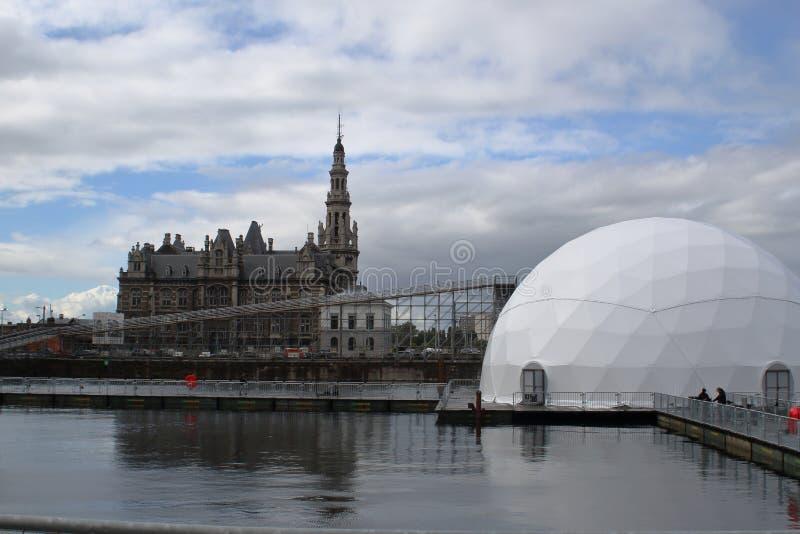 Costruzione di pilotaggio Loodswezengebouw di Loodswezen contro la forma geometrica semplice fotografia stock