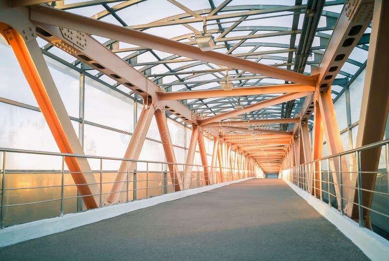 Costruzione di ponte moderna del metallo Pedone che attraversa un hig fotografia stock