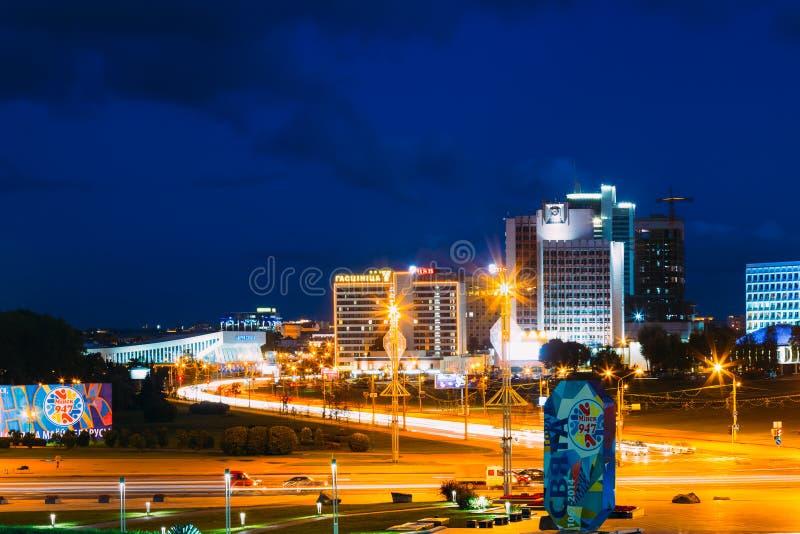 Costruzione di scena di panorama di notte a Minsk, Bielorussia fotografia stock