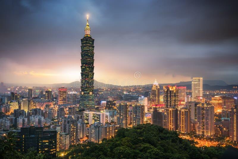 Costruzione di Taipei 101 e città di Taipei alla sera immagine stock