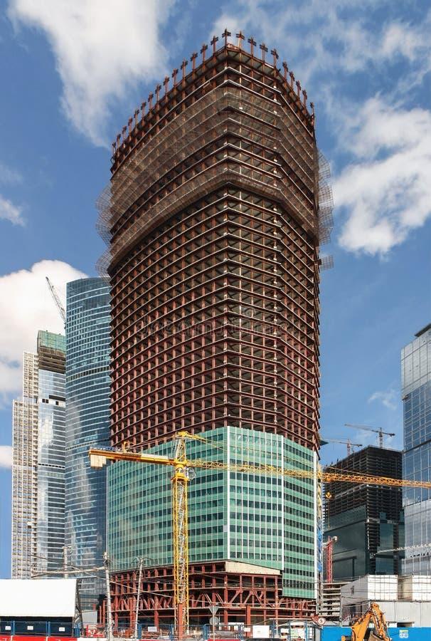 Costruzione di un grattacielo La struttura della torre con rivestimento parziale della facciata sui piani più inferiori immagine stock libera da diritti