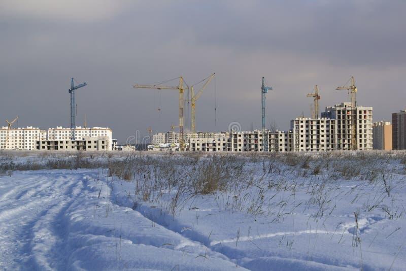 Costruzione di un nuovo edificio residenziale nella stagione invernale fotografie stock libere da diritti