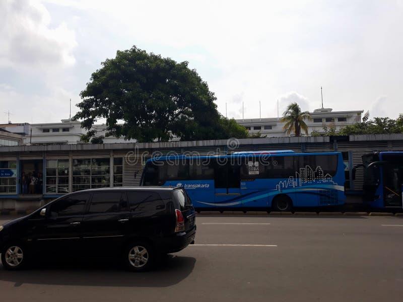 Costruzione di un punto di riferimento moderno fuori della città di Jakarta della stazione immagini stock libere da diritti