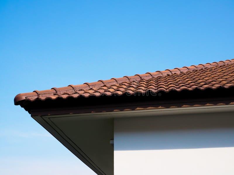 Costruzione di un tetto di casa costruito con mattonelle di argilla, casa con fondo di cielo azzurro, edifici in Asia, stile Thai fotografie stock libere da diritti