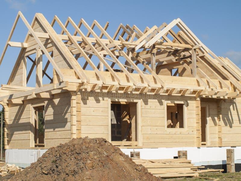 Costruzione di una casa di legno con i ceppi rettangolari fotografia stock immagine di - Costruzione di una casa ...