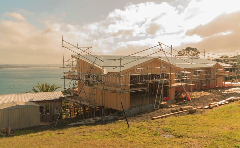 Costruzione di una casa di legno con una vista del mare immagine stock libera da diritti