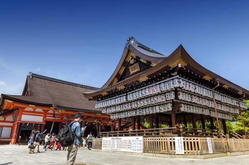 Costruzione di una fase di ballo con le centinaia di lanterne a Yasaka o a Gion Shrine fotografia stock