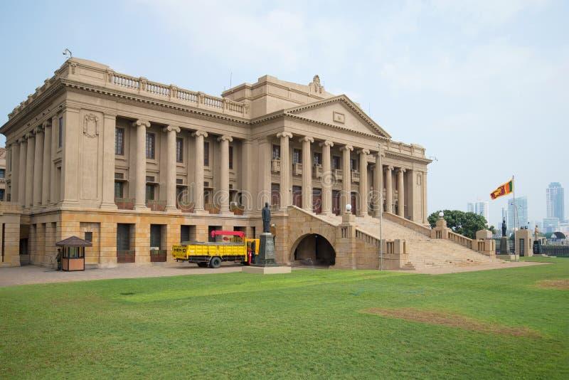 Costruzione di vecchio segretariato del Parlamento del presidente Sri Lanka nel pomeriggio nuvoloso fotografie stock libere da diritti