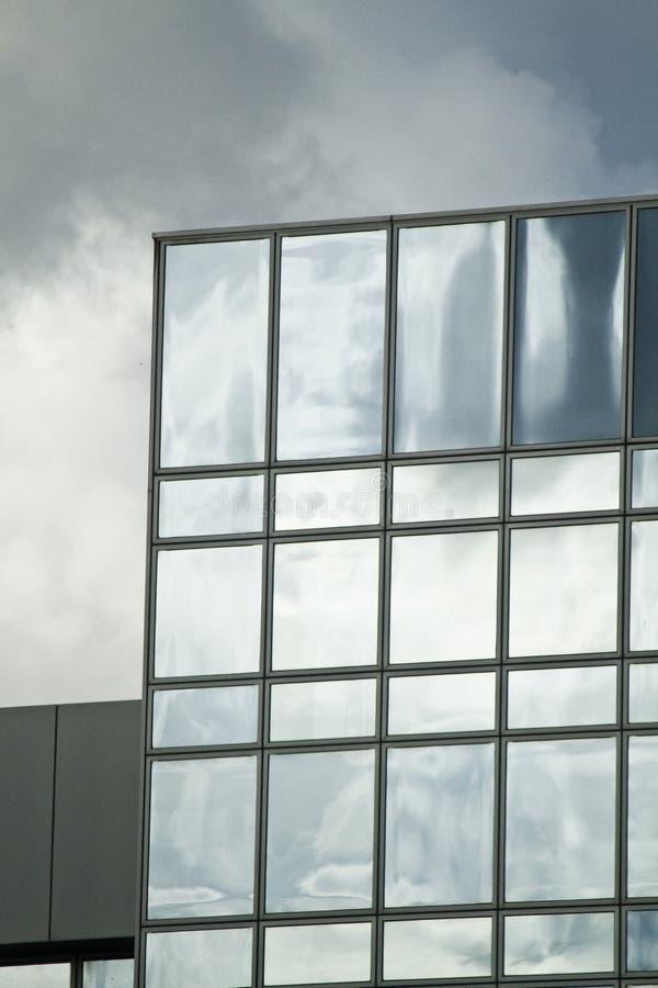 Download Costruzione di vetro immagine stock. Immagine di cielo - 30825823
