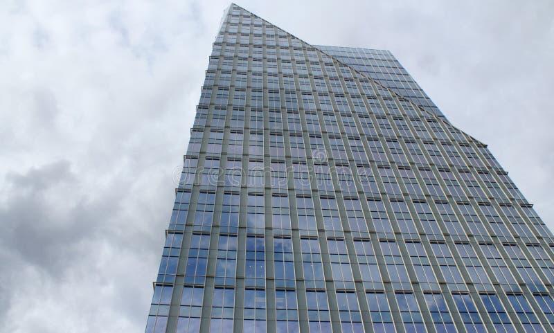 Costruzione di vetro contro le nubi a penombra fotografie stock libere da diritti