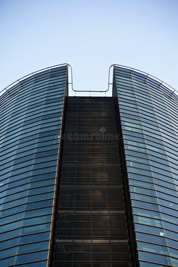 Costruzione di vetro di affari moderni sul backround del cielo blu immagine stock libera da diritti