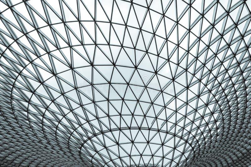Costruzione di vetro e d'acciaio con la struttura del modello del triangolo Architettura futuristica stile architettonico di Neo- fotografia stock