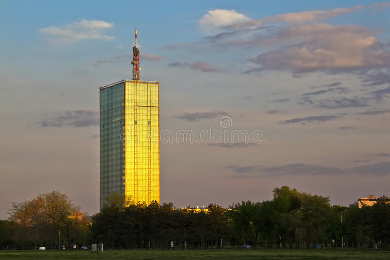 Costruzione di vetro moderna di affari a Belgrado, Serbia immagine stock