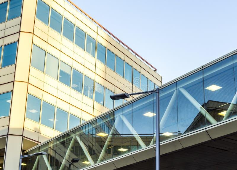 Costruzione di vetro moderna nella grande città relativa ad una cavalcavia di vetro fotografia stock
