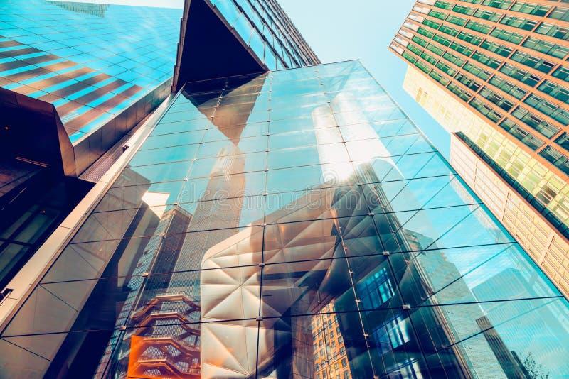 Costruzione di vetro moderna in New York, riflessione astratta fotografie stock