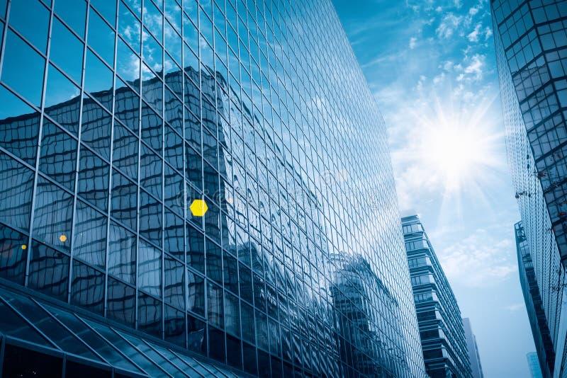 Costruzione di vetro moderna sotto il cielo blu fotografie stock