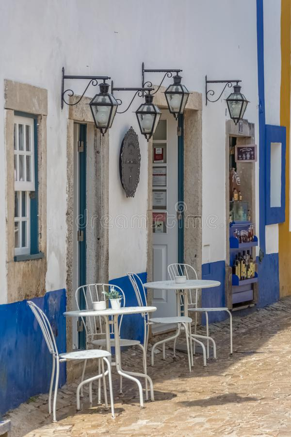 Costruzione di vista con il self-service, terrazzo all'aperto con le sedie e tavole, retro decorazione fotografia stock