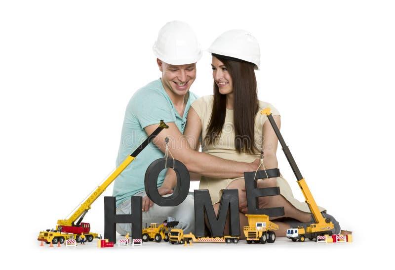 In costruzione domestico: Coppie estatiche con la costruzione delle macchine fotografia stock libera da diritti