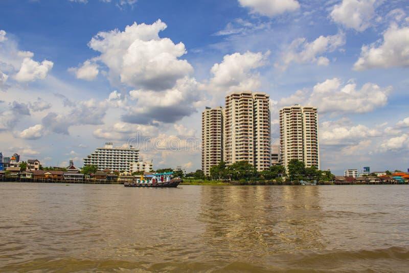 Costruzione e Chao Phraya River moderni alla notte Semaforo in barca Bangkok Tailandia immagini stock