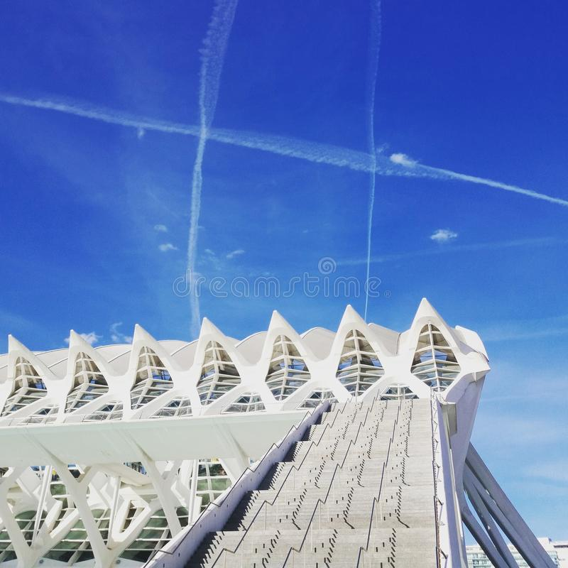 Costruzione e chemtrail moderni dopo gli aeroplani nel cielo fotografia stock