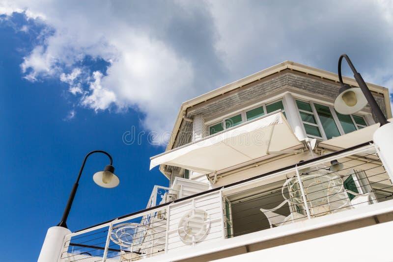Costruzione e cielo blu bianchi fotografia stock libera da diritti