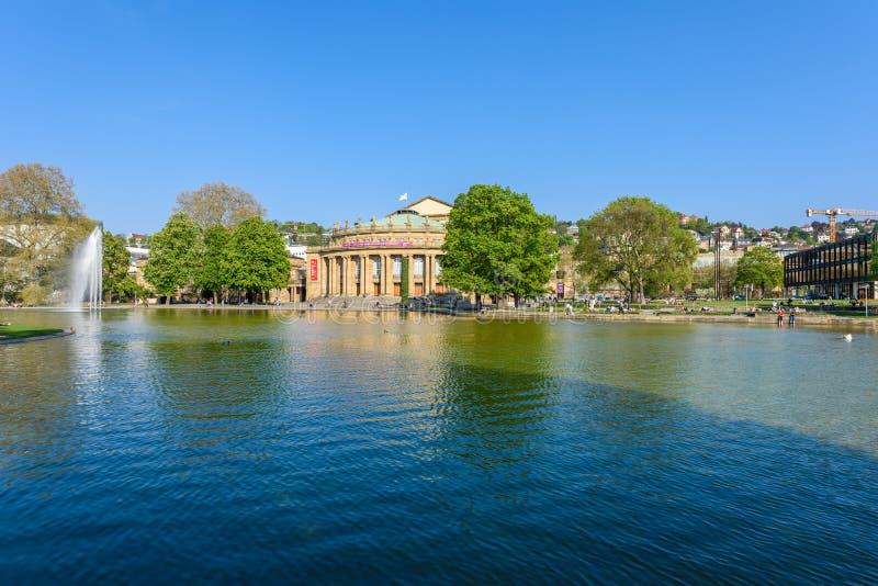Costruzione e fontana di opera del teatro dello stato di Stuttgart nel lago Eckensee, Germania fotografia stock libera da diritti