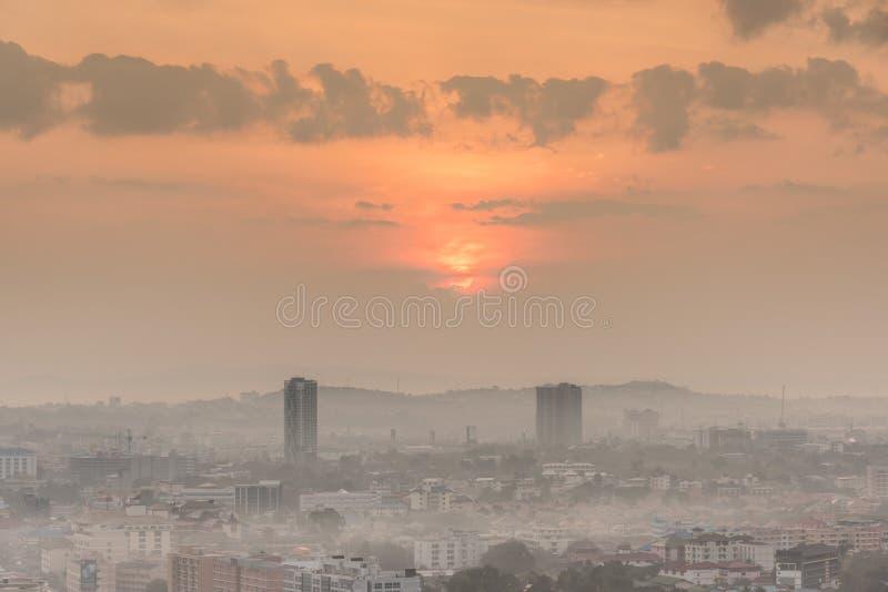 Costruzione e grattacieli nell'alba crepuscolare di tempo fotografia stock libera da diritti