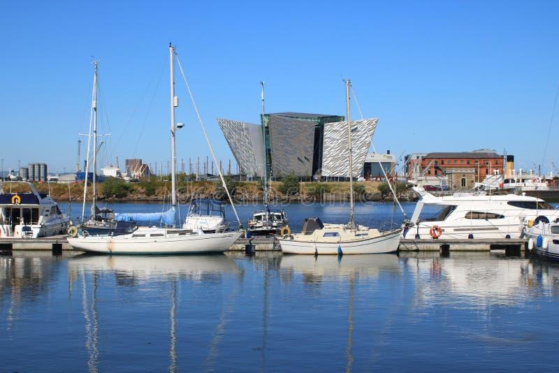 Costruzione e piccole barche moderne di mostra immagine stock