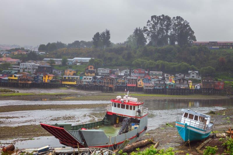 Costruzione e riparazione delle barche in Castro, a bassa marea e fotografie stock