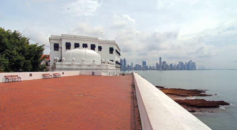 Costruzione a forma di della corona in Panamá immagine stock