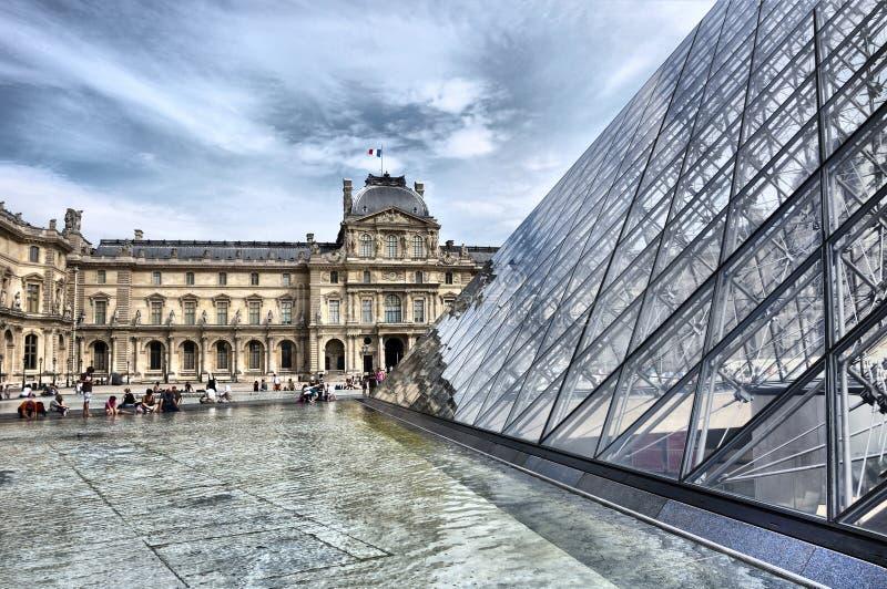 Costruzione a forma di della piramide di vetro, feritoia fotografia stock libera da diritti